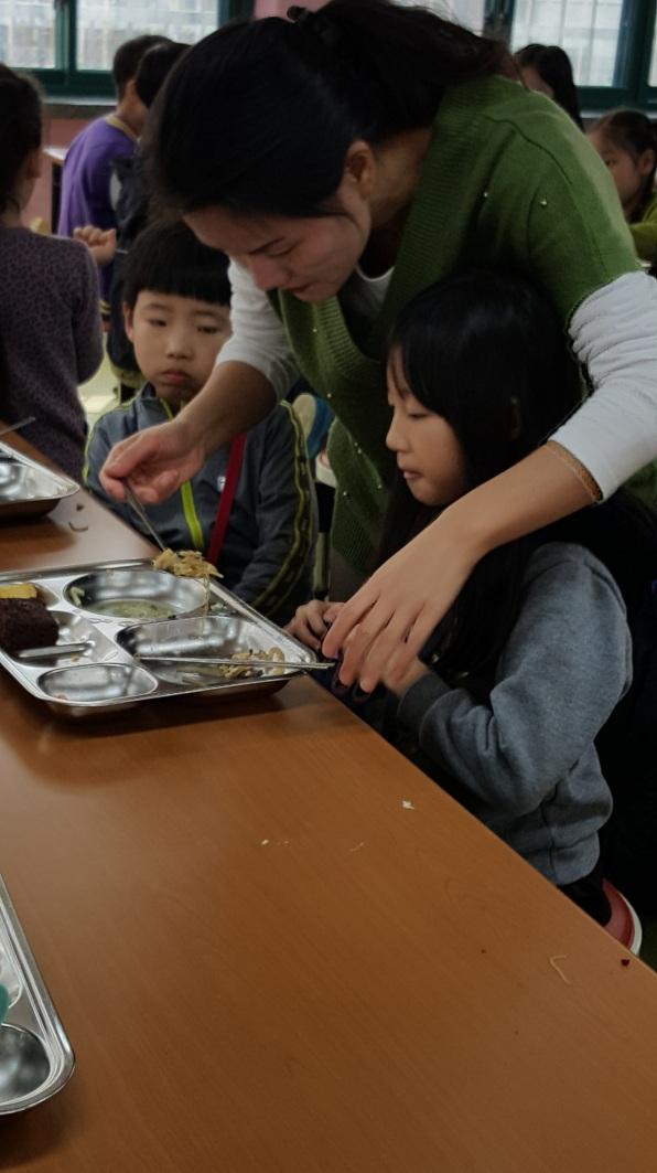 feeding-student