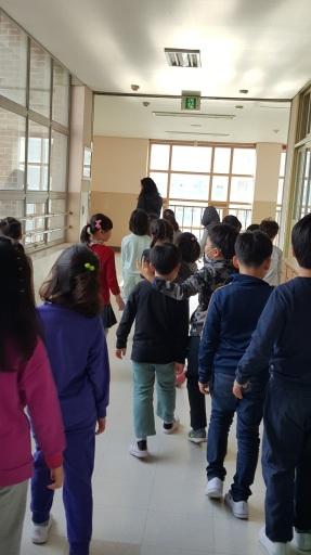kids-walking-from-back