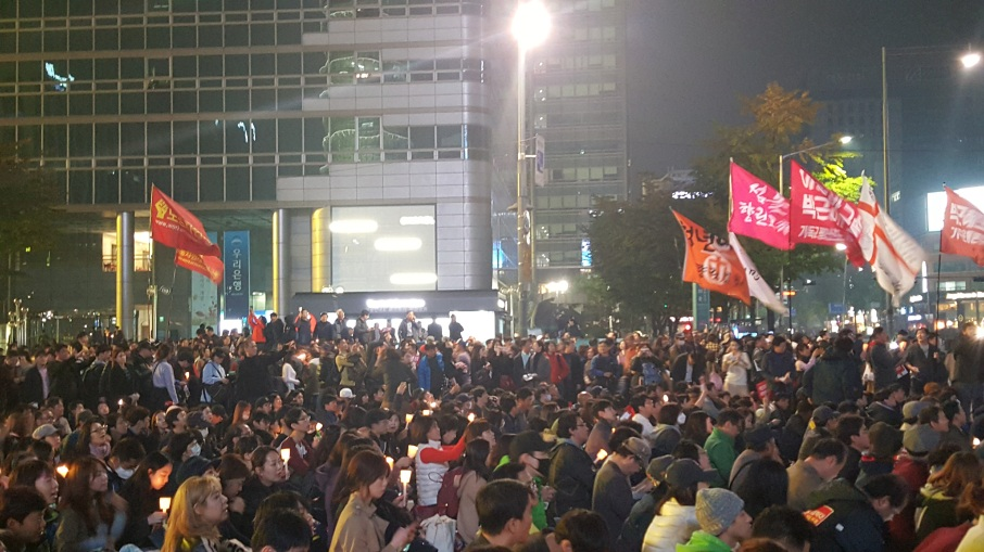 wide-shot-protesters