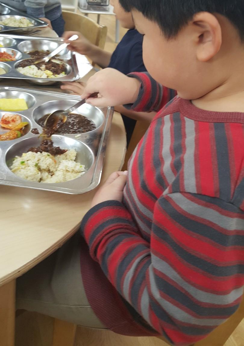 jinhoh-eating-lunch