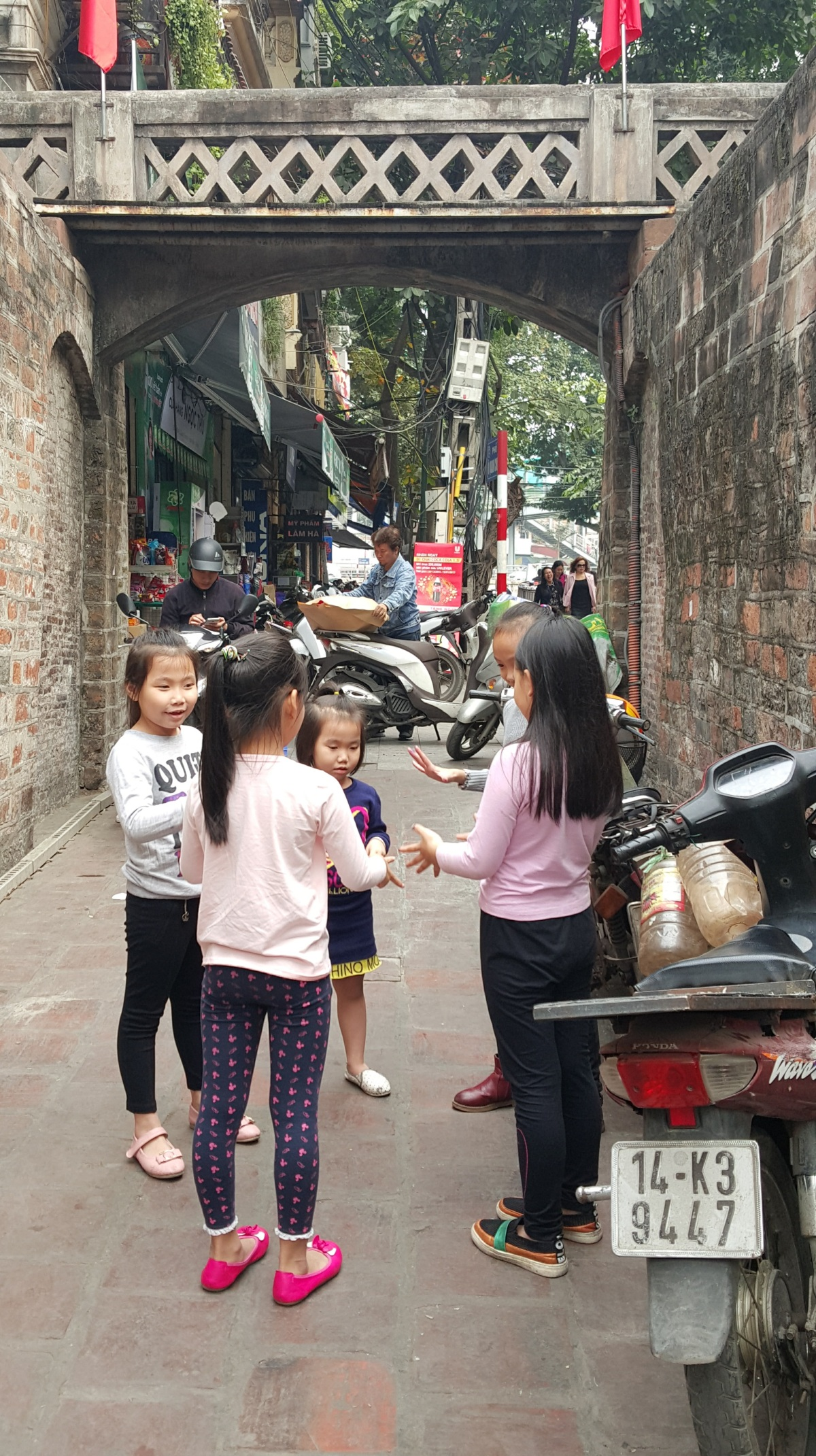 girls-playing-hanoi